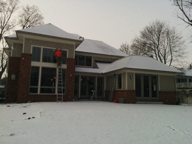Layering Techniques for Cold Weather Window Cleaning in Bloomfield Hills